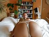 Deutsche Amateurin streckt ihren geilen Hintern in die Kamera