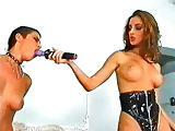 Mistress mit ihrer Sexsklavin